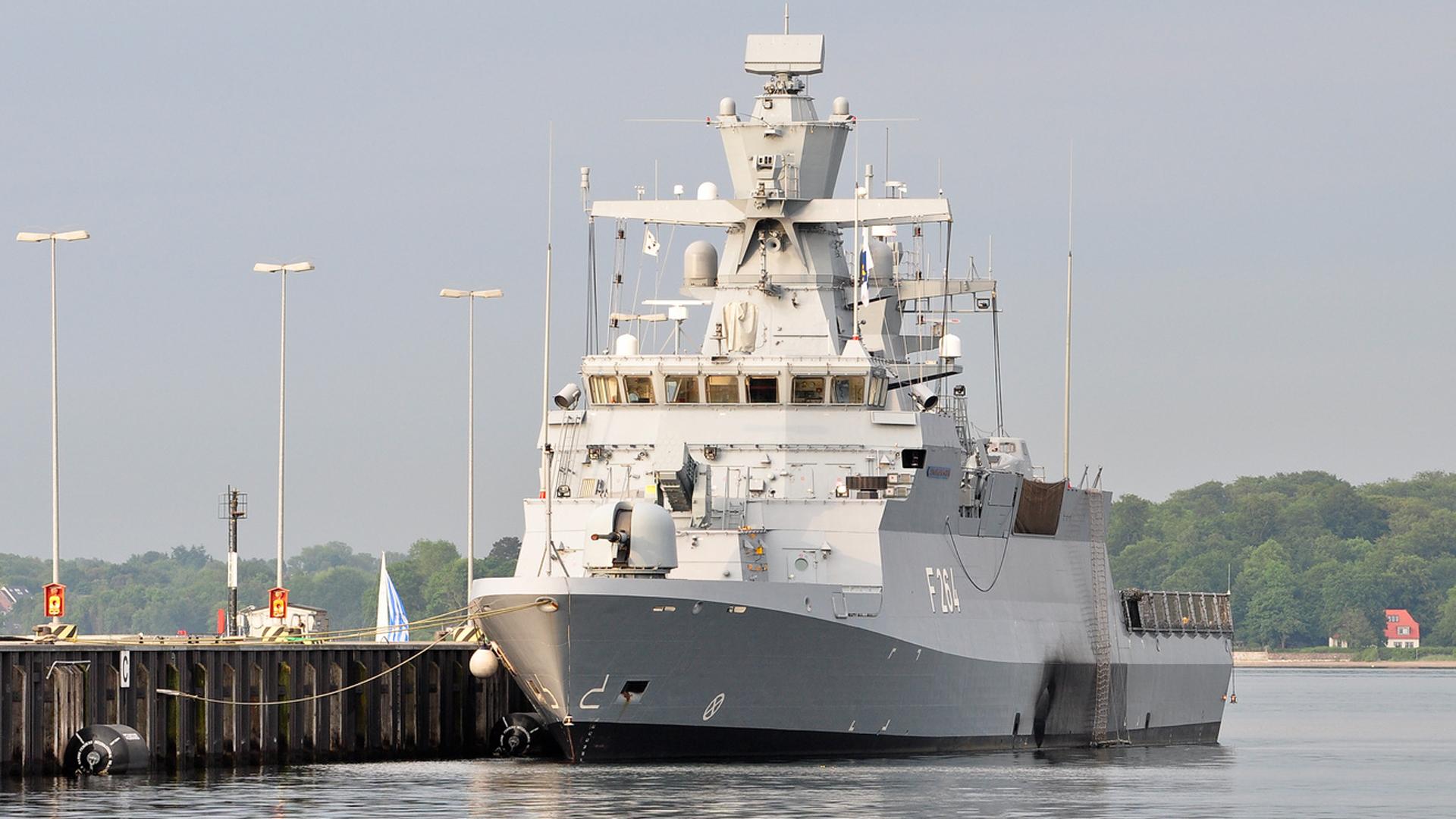 Marineschiff im Hafen